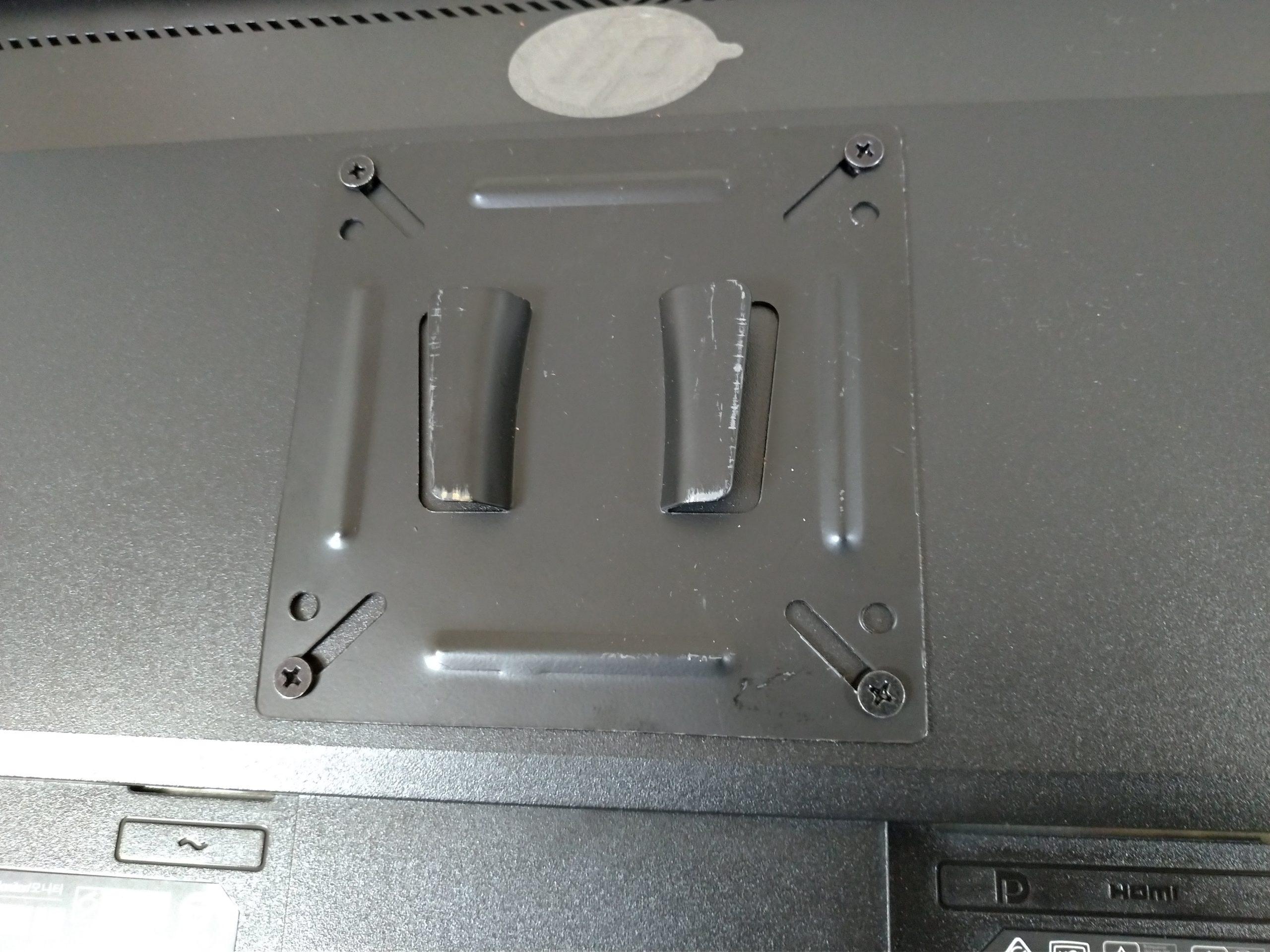 パソコンモニターにVESA対応の金具を取り付けたところ。